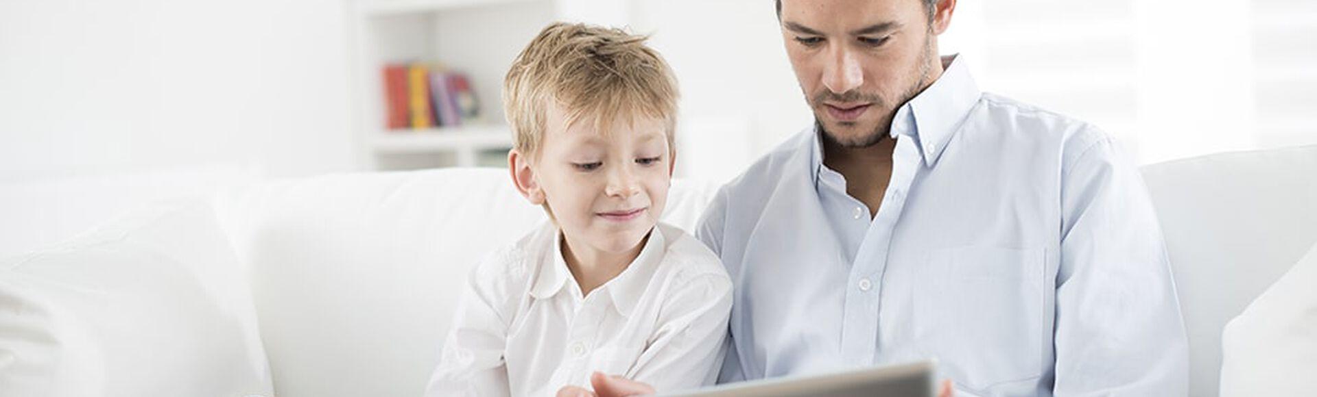 Padre e hijo juegan en el iPad