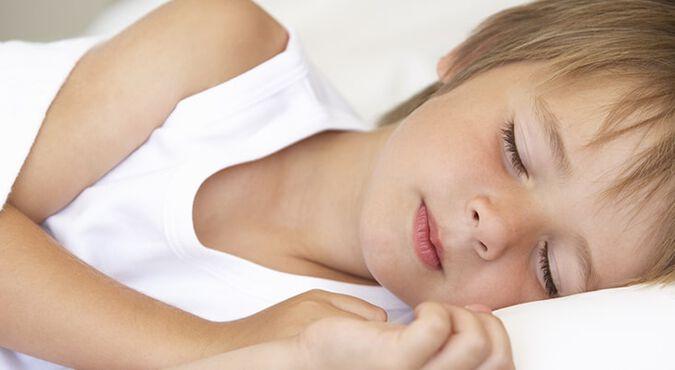Niño con Incontinencia urinaria nocturna duerme tranquilo